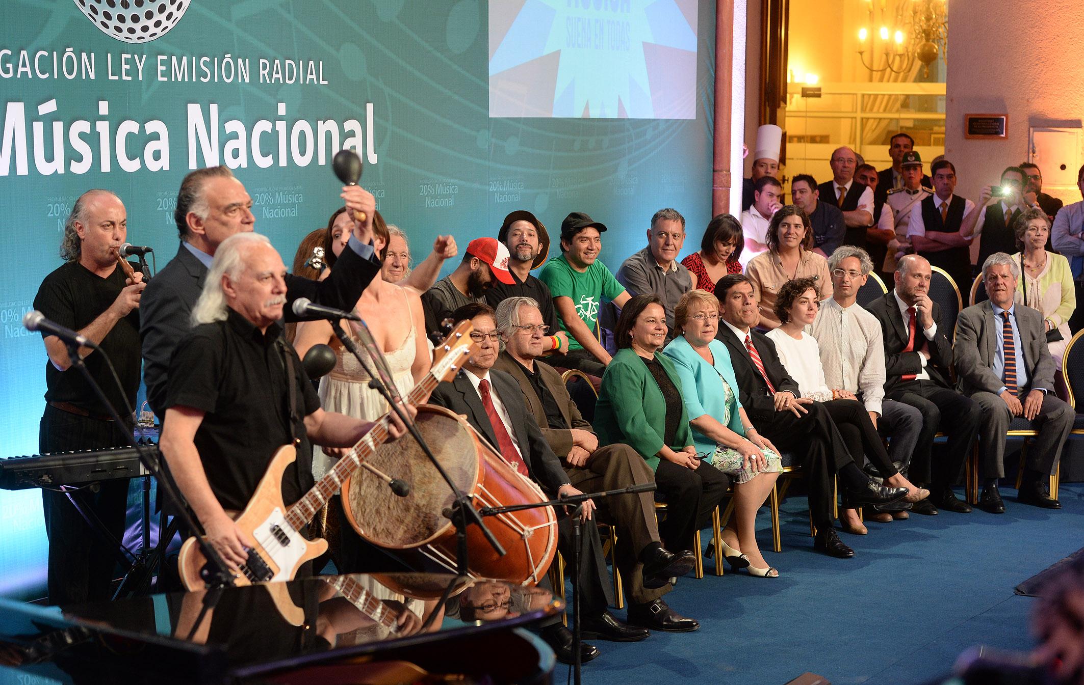 Los Jaivas, durante la ceremonia de promulgación de la Ley de Emisión Radial del 20 por ciento de Música Nacional (2015).