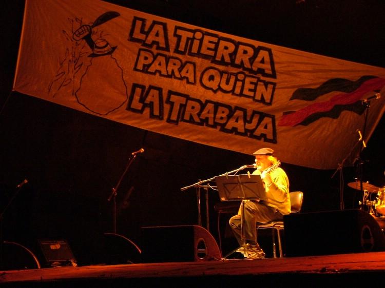 Daniel Viglietti en un festival por los trabajadores de la caña de azúcar (peludos) en Bella Unión, Departamento de Artigas.