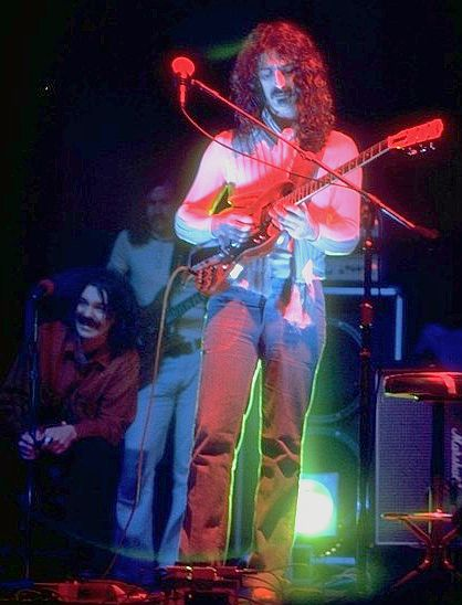 appawithaptaineefheart,seatedleft,duringa1975concert