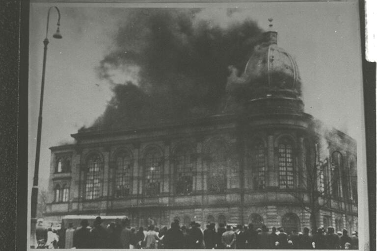 File:Frankfurt am Main Synagogue; November Pogroms.jpg
