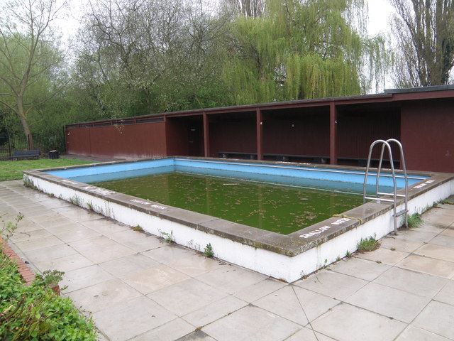 Green soup at the swimming pool - geograph.org.uk - 1254766