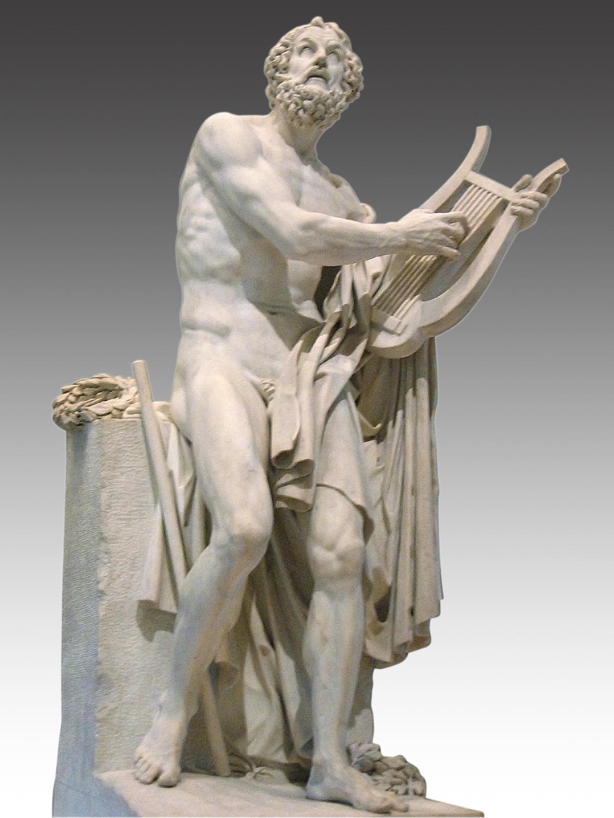 Escultura em mármore branco de Homero, homem de cabelos e barbas cacheados e corpo nu, musculoso, de frente, apoiado em um pedestal. Está com a cabeça para o alto  e toca uma lira, instrumento musical, que segura com a mão esquerda. Um manto caído do ombro esquerdo lhe cobre a área genital.