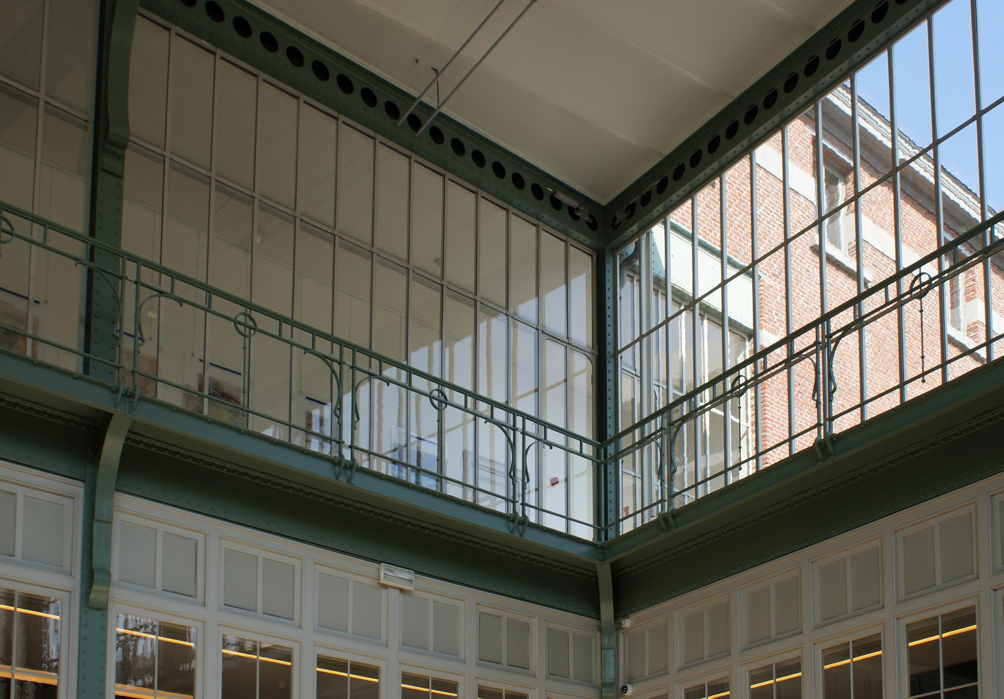 bestandinterieur van de lokettenzaal van het station antwerpen zuid balustrade met galerij