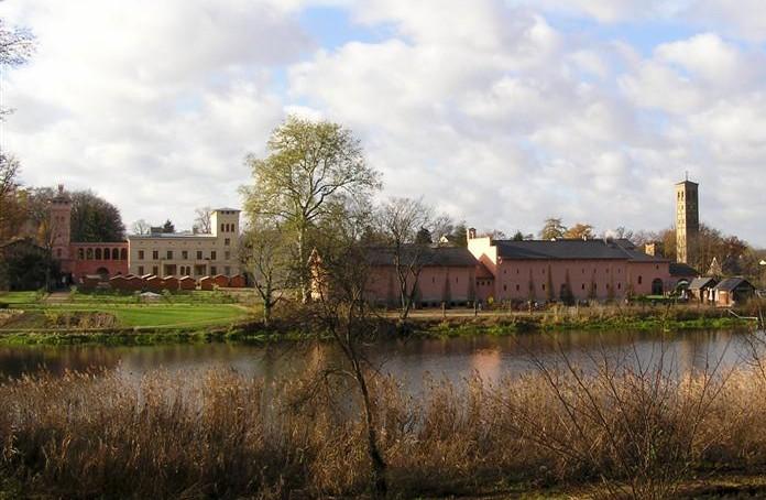 Bornstedter See (Vordergrund) und Krongut Bornstedt (Hintergrund), rechts der Turm der Bornstedter Kirche
