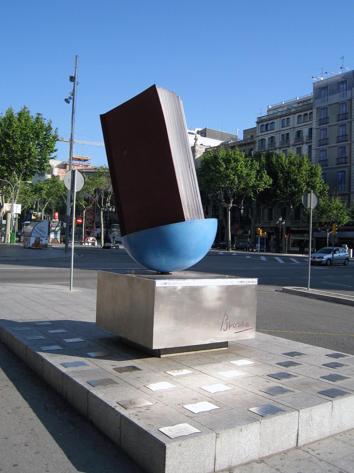 Joan Brossa: Homenatge al llibre, poema urbano. Barcelona, cruce entre Paseo de Gracia / Gran Vía