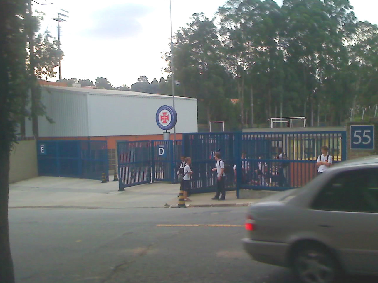 "Main entrance of the school, also called ""Portão D"" (''Gate D'')"