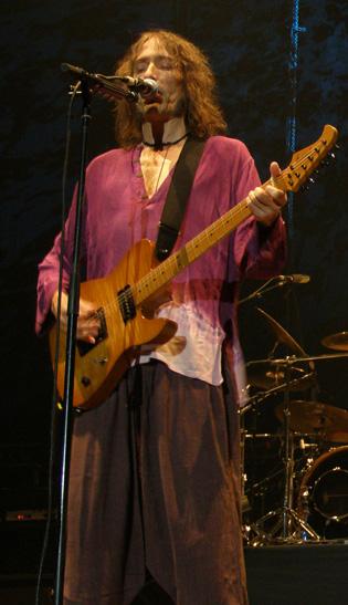 Robe tocando con Extremoduro en Madrid (2008).