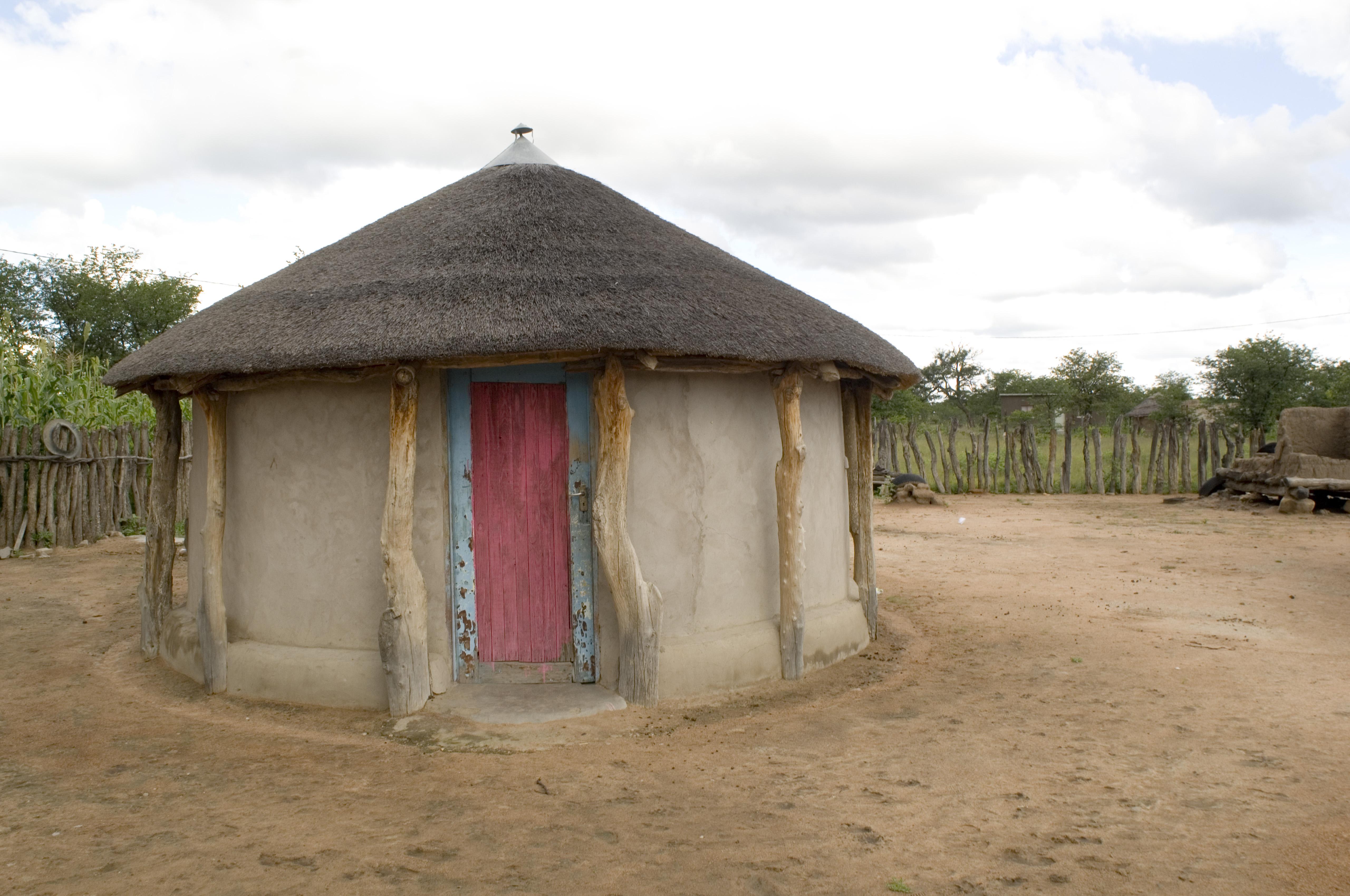 File:Rondavel house in Botswana.jpg - Wikimedia Commons