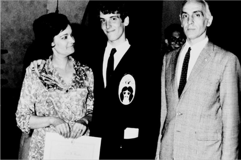 Spinetta egresando del Instituto San Román en 1967, junto a sus padres Julia y Luis Santiago.