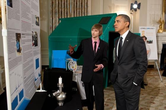 Taylor_Wilson_Presenting_Fusor_to_Obama.