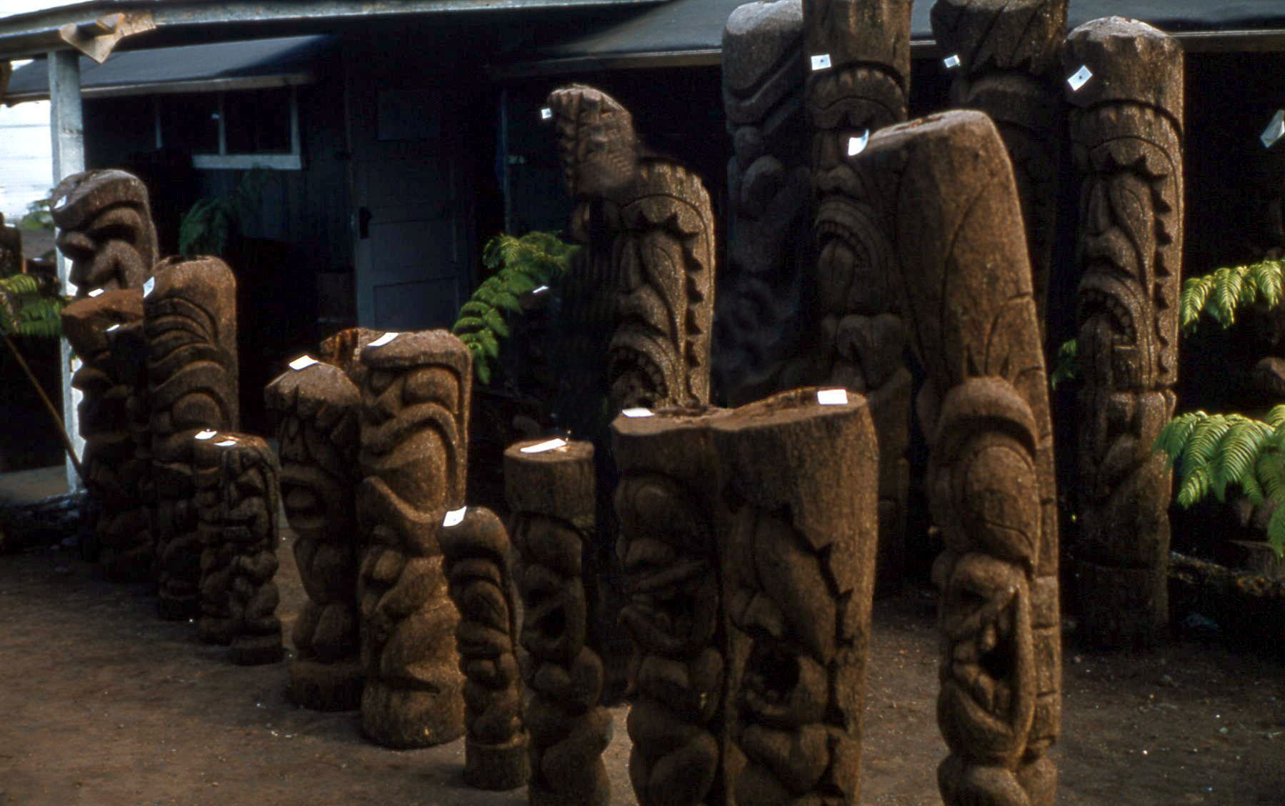 Description Tiki statue shop 2, Hawaii, 1959.jpg