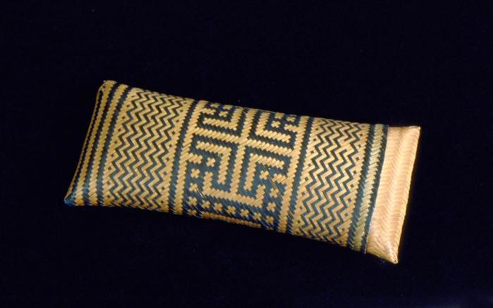 File:Tropenmuseum Royal Tropical Institute Objectnumber 1711-126 Gevlochten sigarenkoker met overschui.jpg