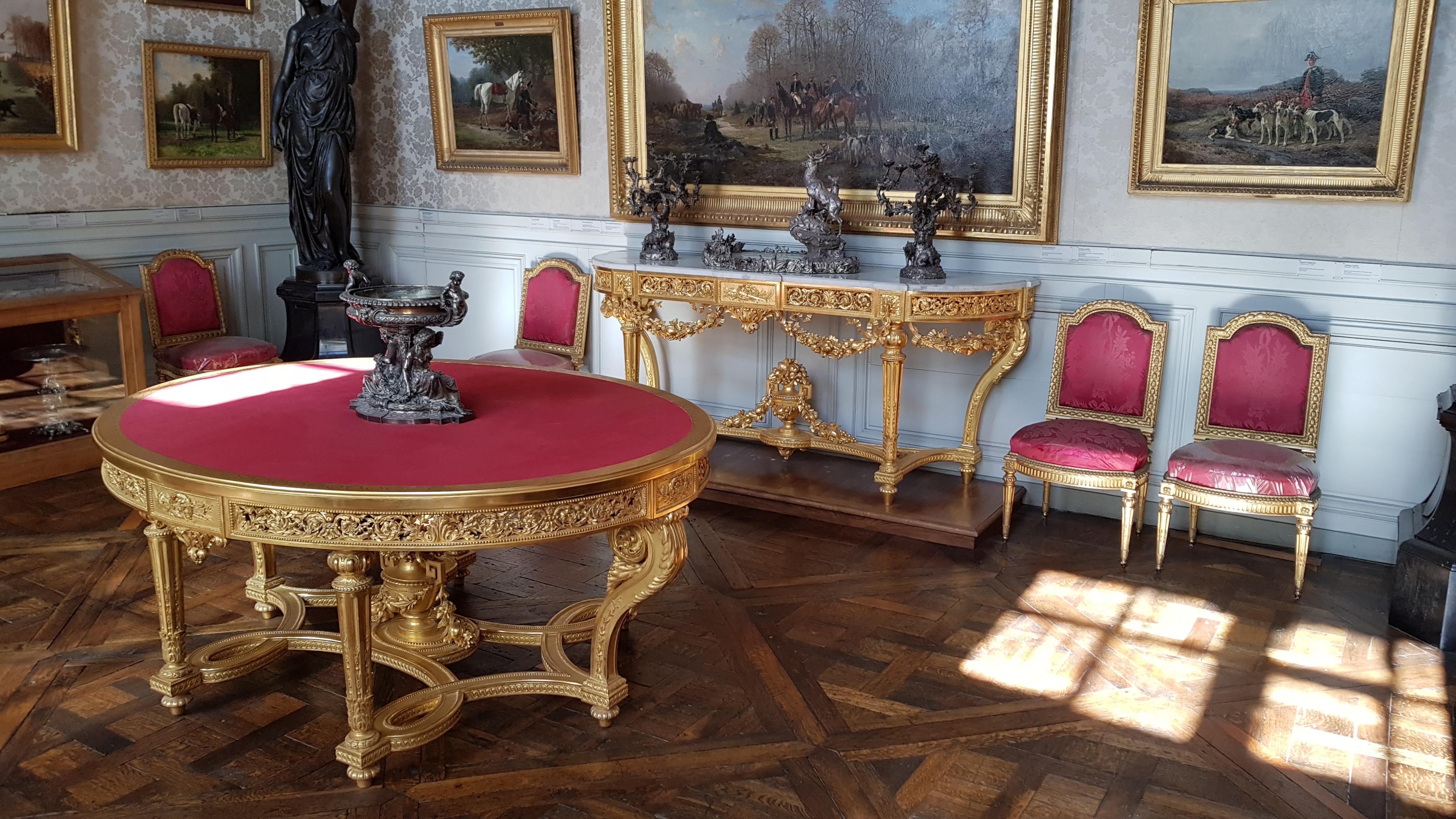 FichierUne table, une console et cinq chaise de style Louis XVI au chateau