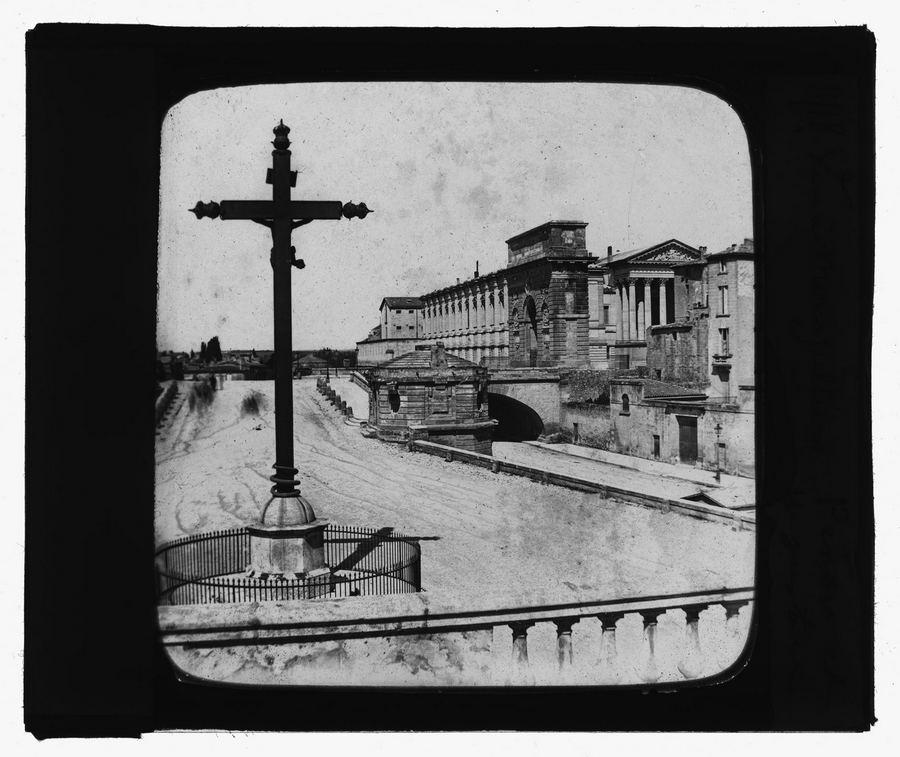 Place du Peyrou à Montpellier (Hérault). Entre 1858 et 1907. Vue d'ensemble de la place, prise depuis la place Giral. Au premier plan à gauche un calvaire ;