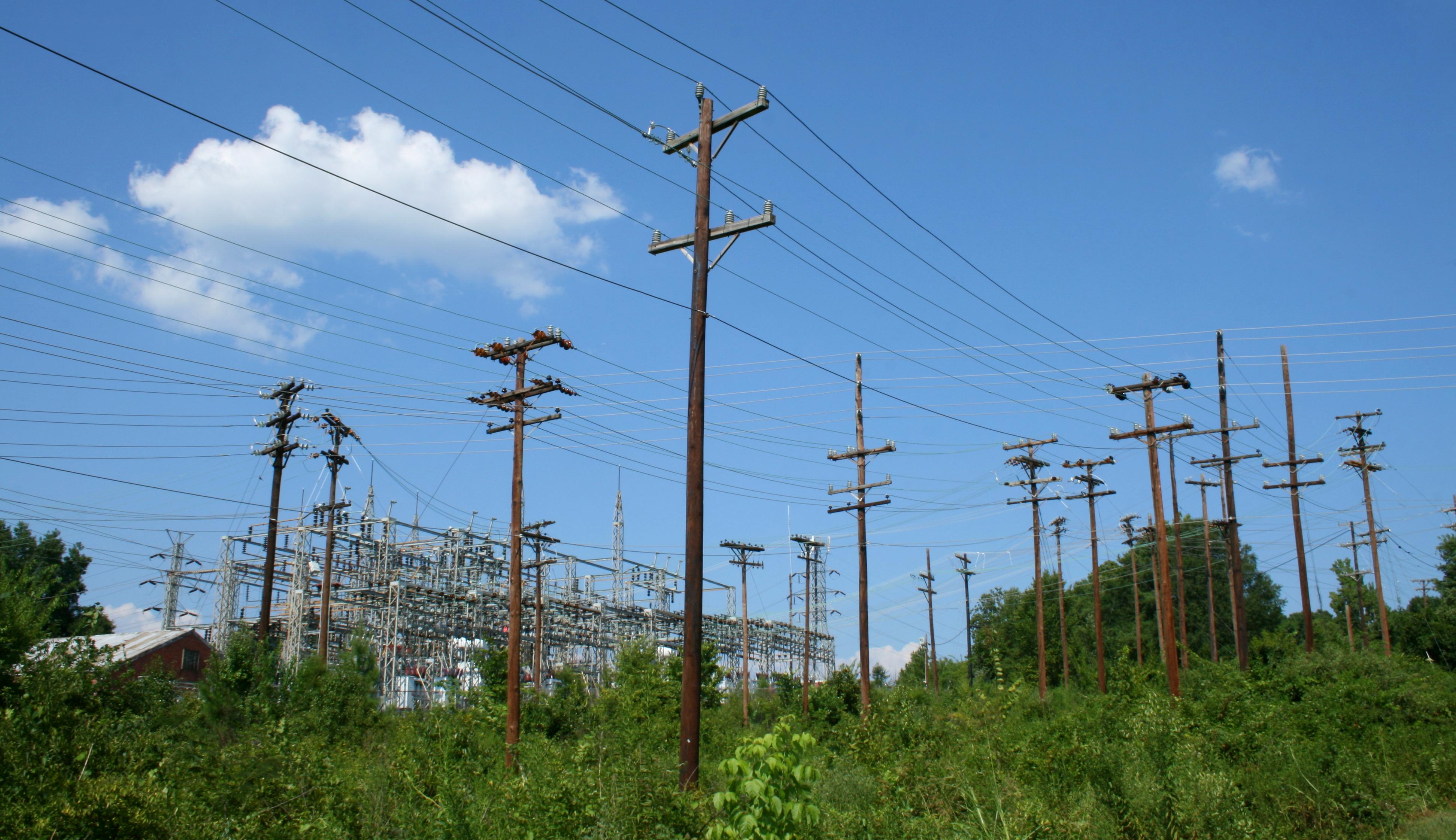 File:2008-08-03 Crowded by utility poles.jpg - Wikimedia ...