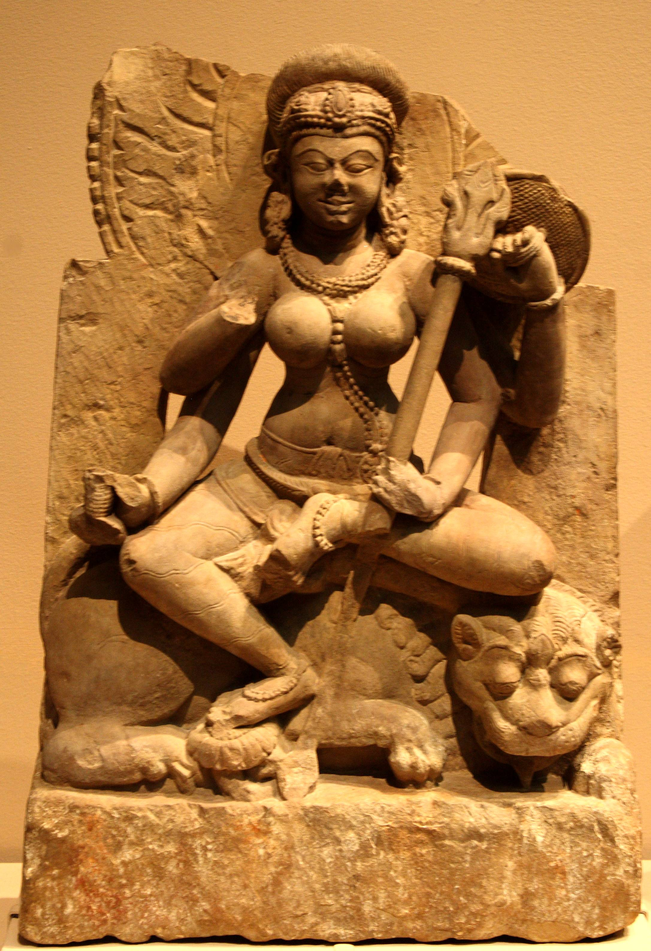 Indijsko vajarstvo - Page 2 A_deity_sculpture_in_the_Indian_Art_section_of_the_Met_New_York_City