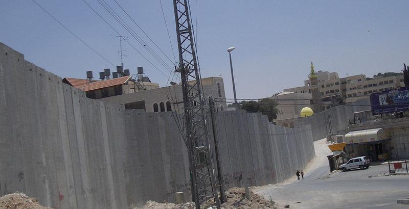 Israelische Sperrmauer auf palästinenischem Boden - Symbol der empfundenen Demütigung (Quelle: Zero0000)