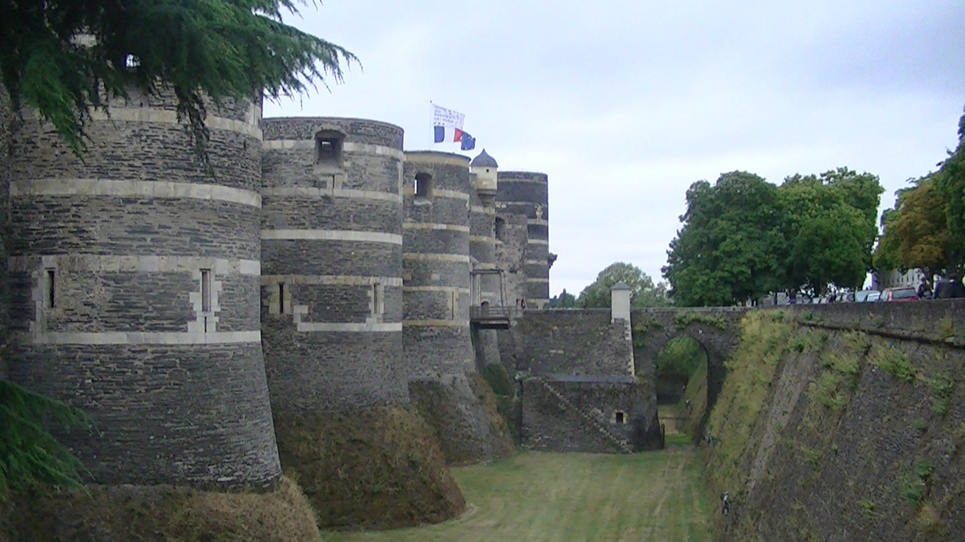 File Angers Castle Curtain And Moat Jpg Wikimedia Commons