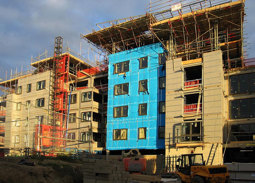 Immeubles en construction, phase d'isolation thermique, à Cambrige, UK. Source : © Andrew Dunn/Wikipédia