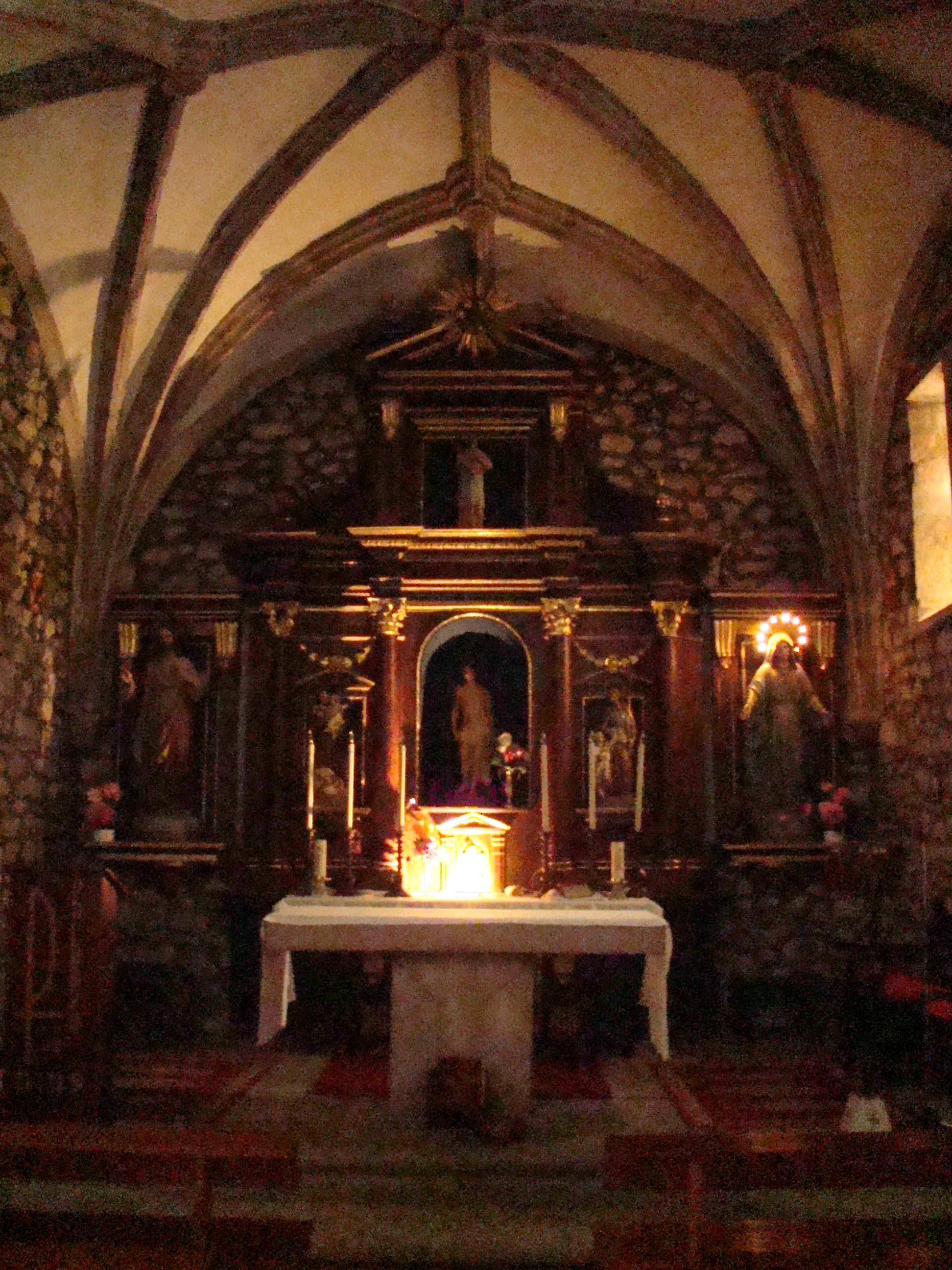 http://upload.wikimedia.org/wikipedia/commons/6/64/Cantabria_Garabandal_iglesia_interior_lou.jpg