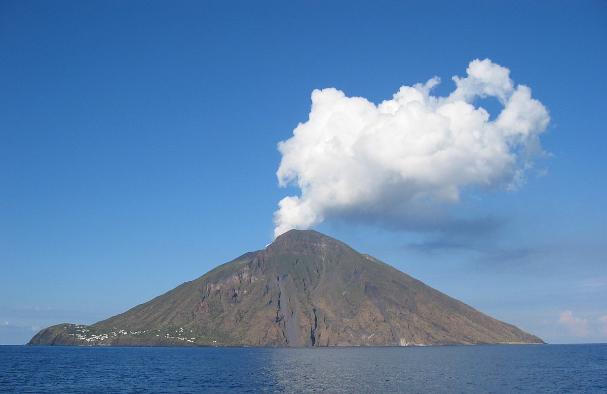 File:DenglerSW-Stromboli-20040928-1230x800.jpg - Wikimedia Commons