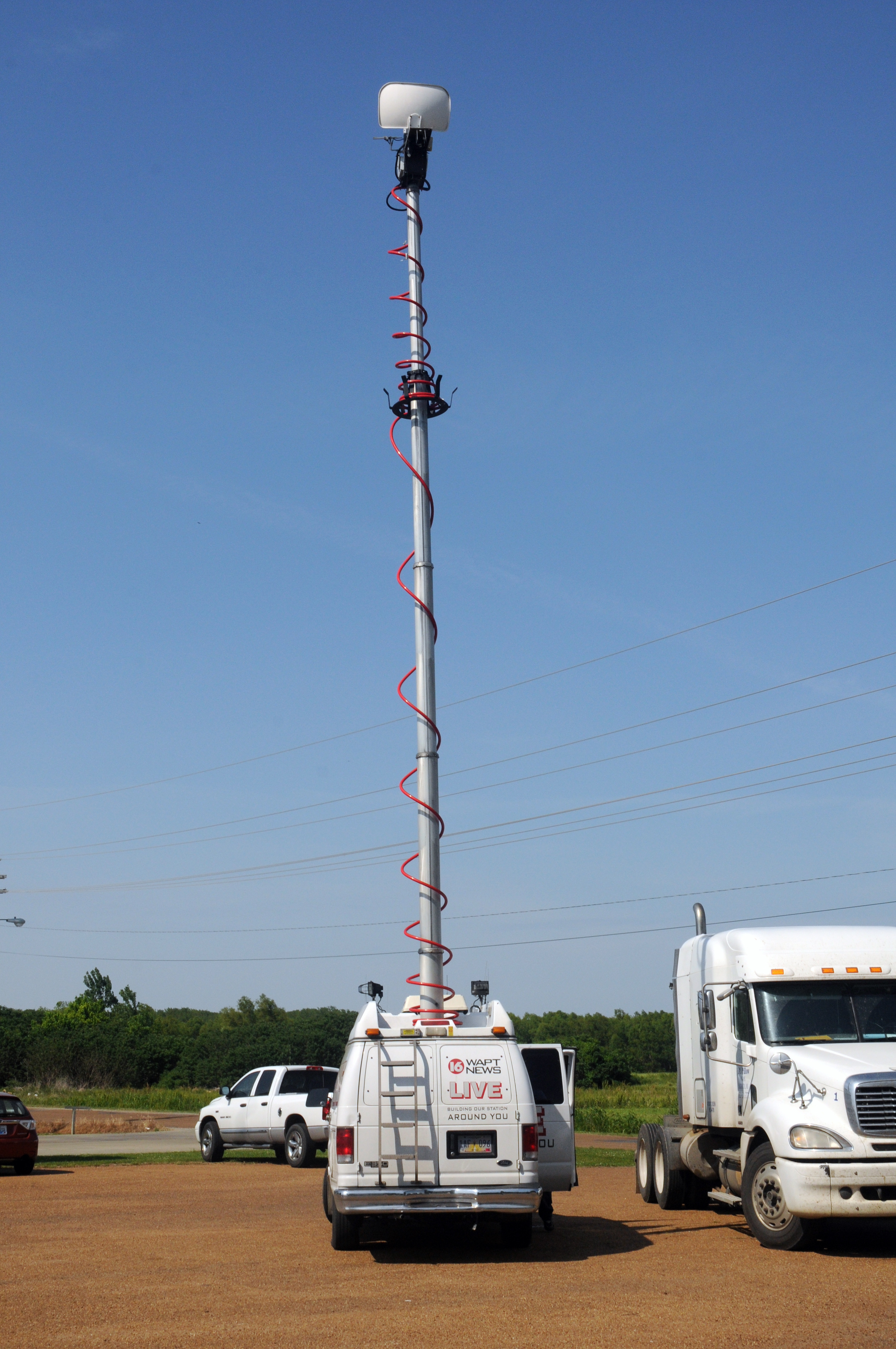 File:FEMA - 44027 - Local Television Crew's truck at