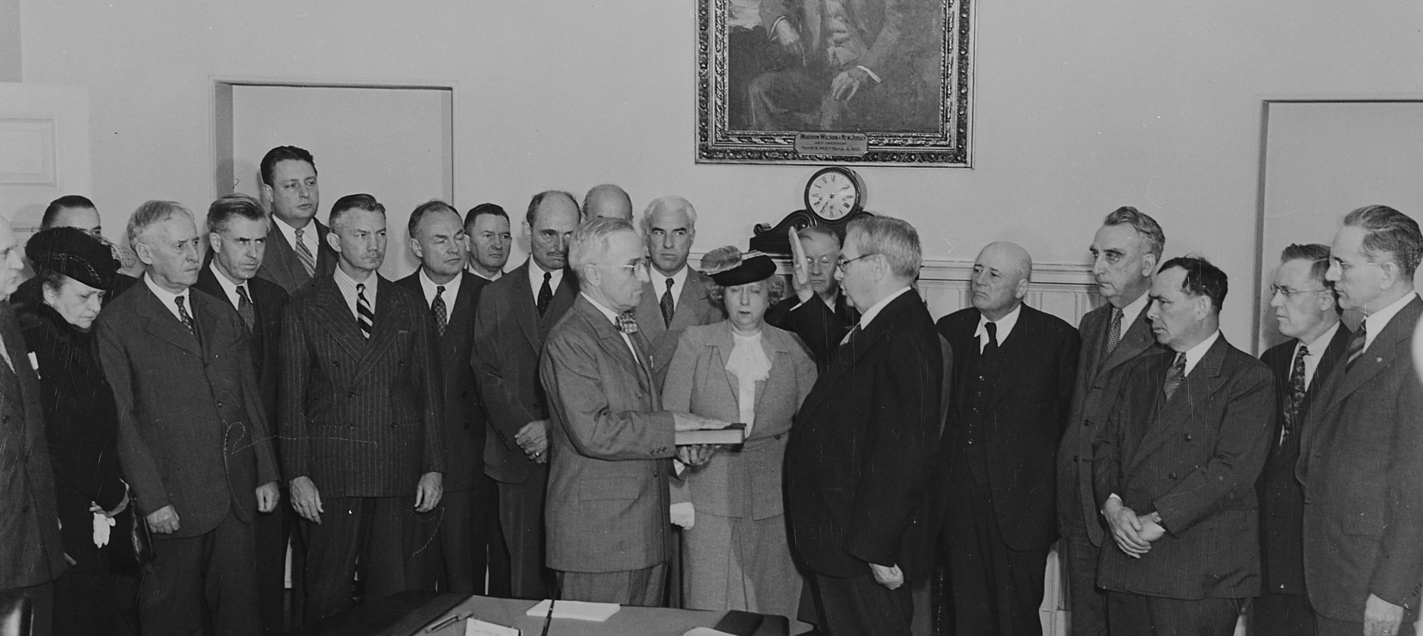 File:Harry S. Truman taking the oath of office.jpg - Wikimedia Commons