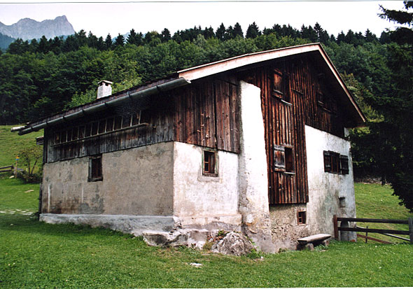 https://upload.wikimedia.org/wikipedia/commons/6/64/Heidihaus_in_Maienfeld.jpg