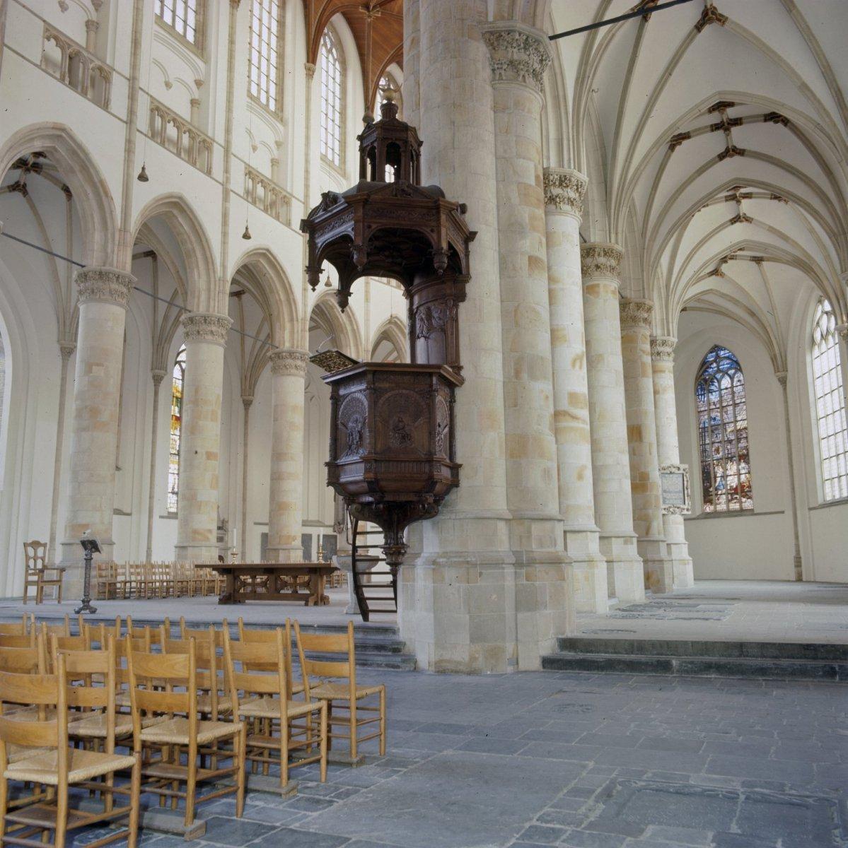 File interieur overzicht van de preekstoel met zicht op - Makers van het interieur ...