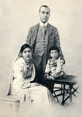 Jawaharlal Nehru and his family in 1918.jpg