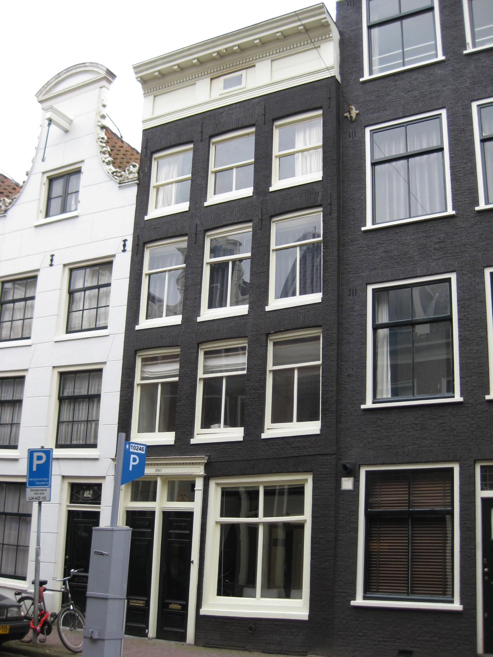 Huis met gevel onder rechte lijst in amsterdam monument - Huis gevel ...