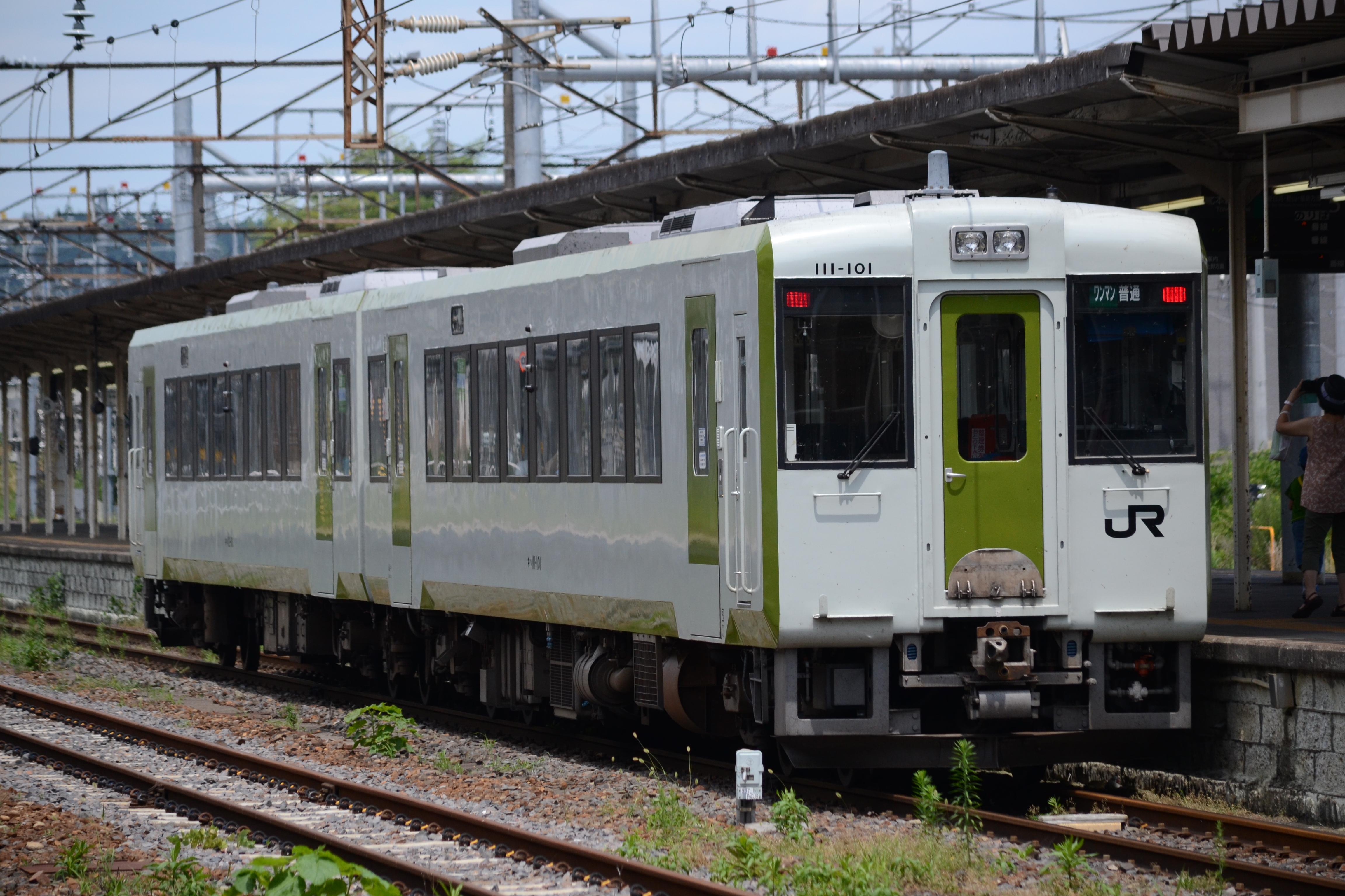 https://upload.wikimedia.org/wikipedia/commons/6/64/Kuroiso_station_kiha_110.jpg