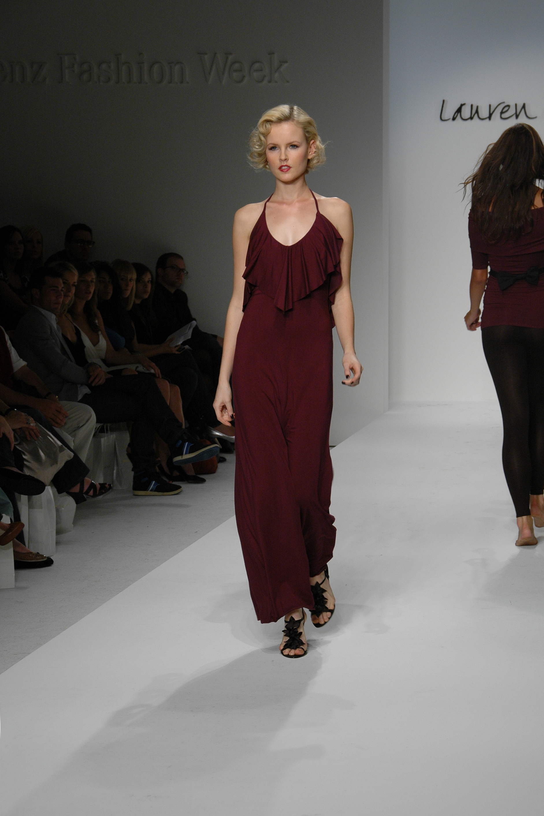 https://upload.wikimedia.org/wikipedia/commons/6/64/LA_Fashion_Week_3-11-2008.jpg