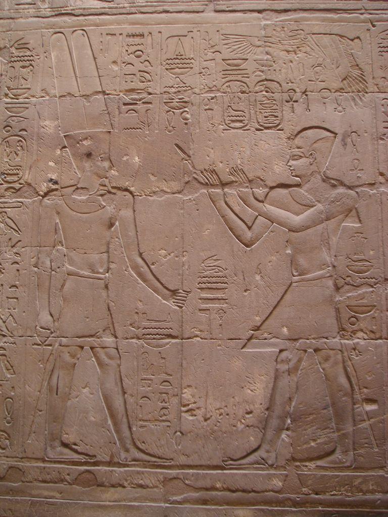 Alejandro orando ante Amón-Ra. Templo de Luxor. Imagen de Wikimedia Commons.