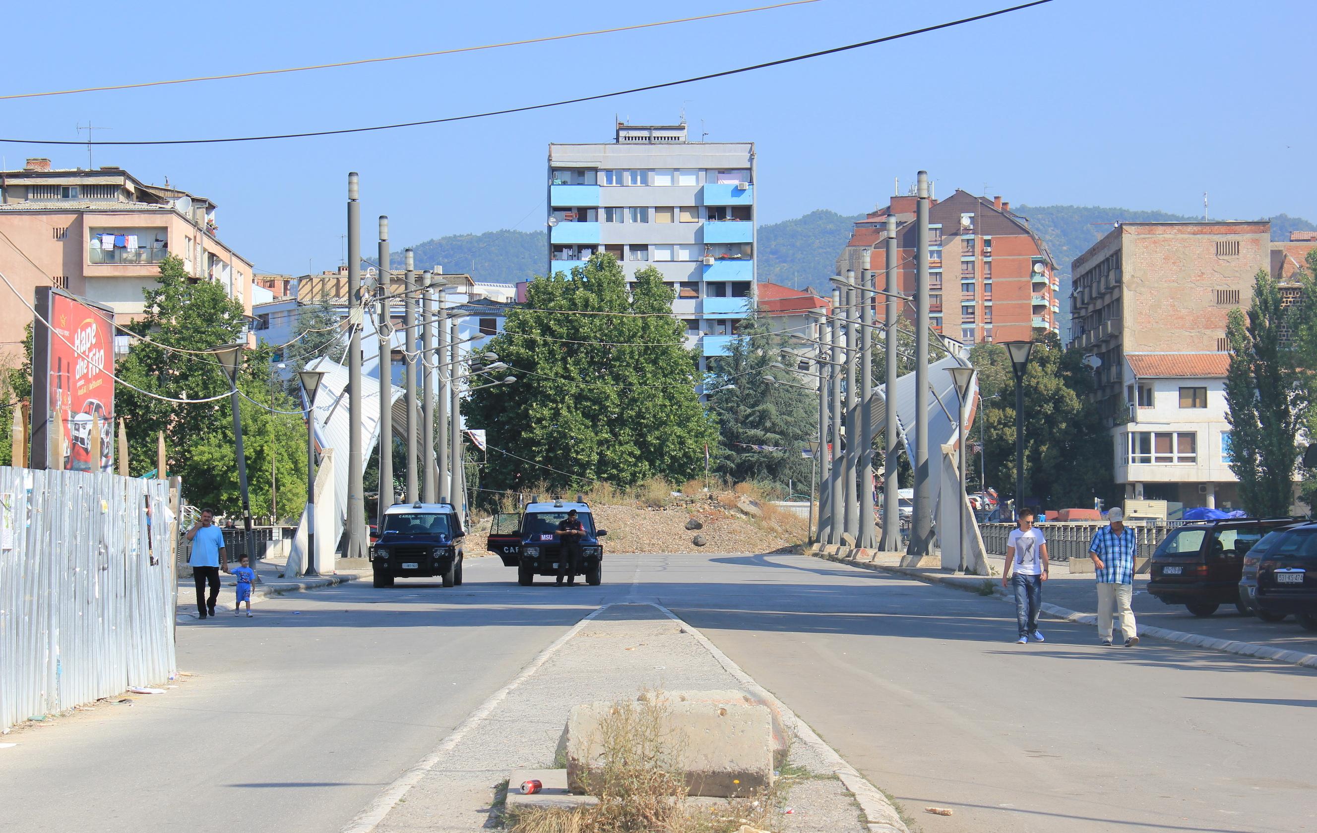 Die Brücke über den Ibar trennt den serbisch bewohnten vom albanischen Teil Mitrovicas und ist als Symbol für den heutigen Konflikt im Kosovo überregional bekannt. Vergleiche mit  hier und   hier.