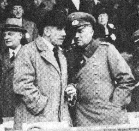 Kurt von Schleicher (rechts) mit Franz von Papen als Zuschauer bei einem Pferderennen in Berlin-Karlshorst, 1932