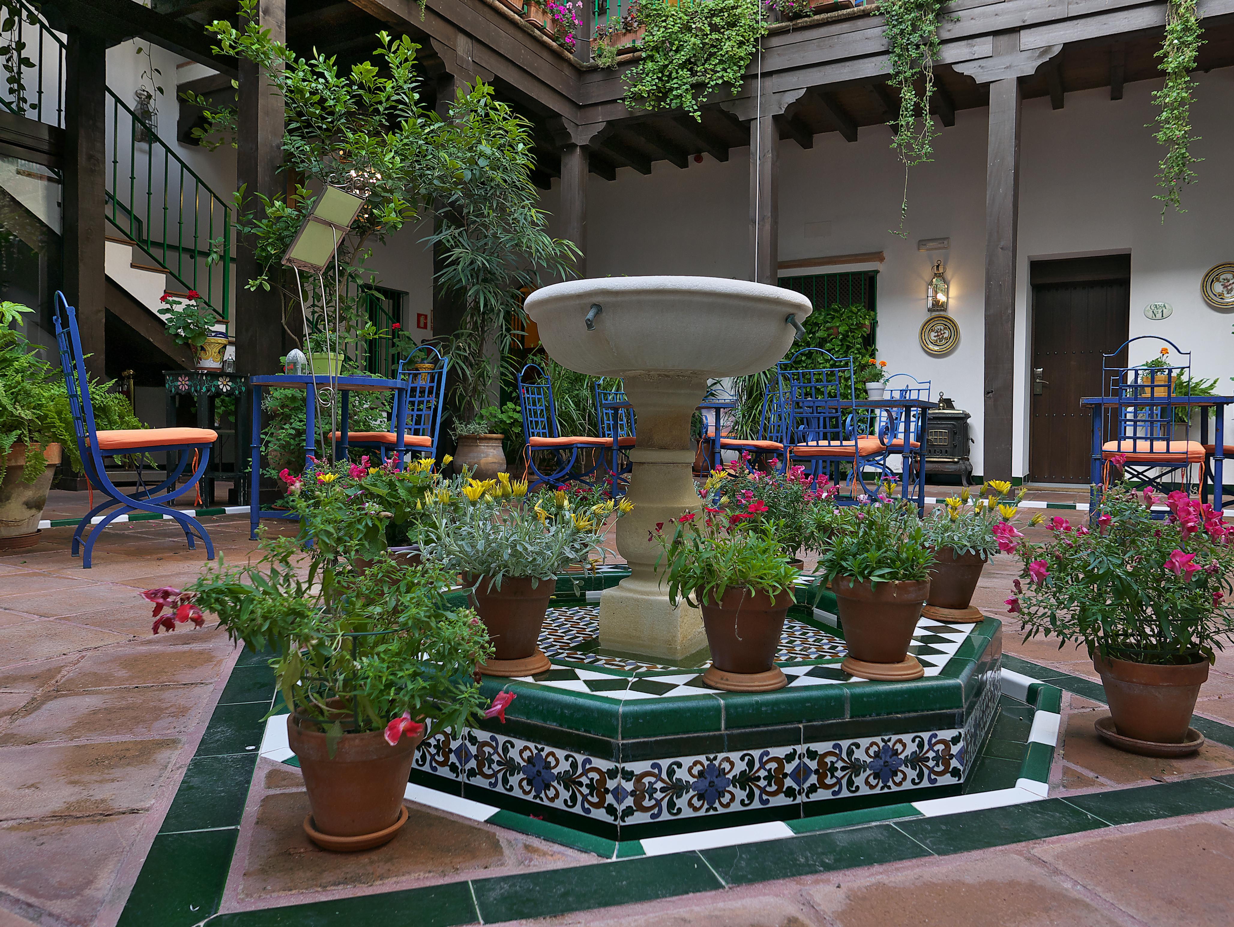 File Patio En El Barrio De Santa Cruz Sevilla Jpg