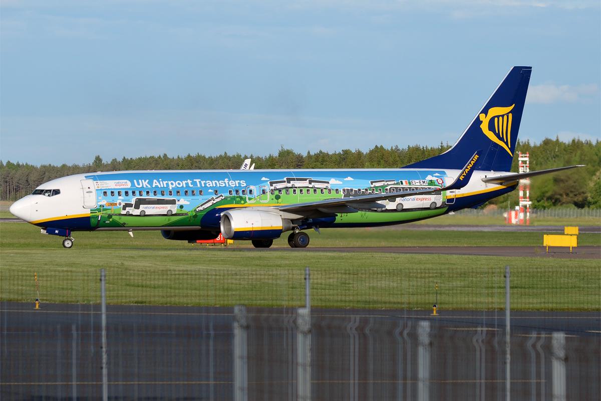 File:Ryanair (National Express livery), EI-EMI, Boeing 737-8AS