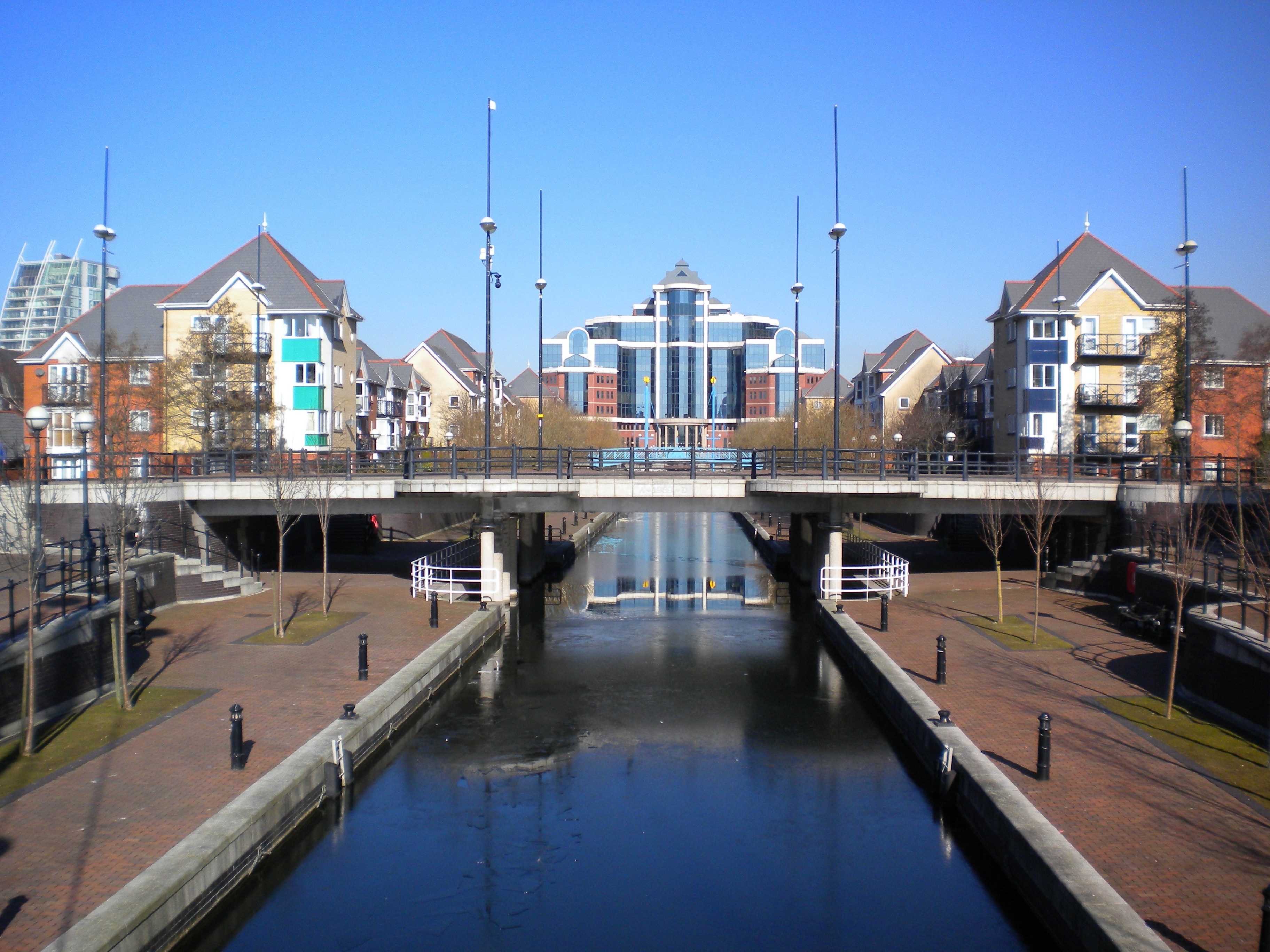 Quays File:Salford Qu...