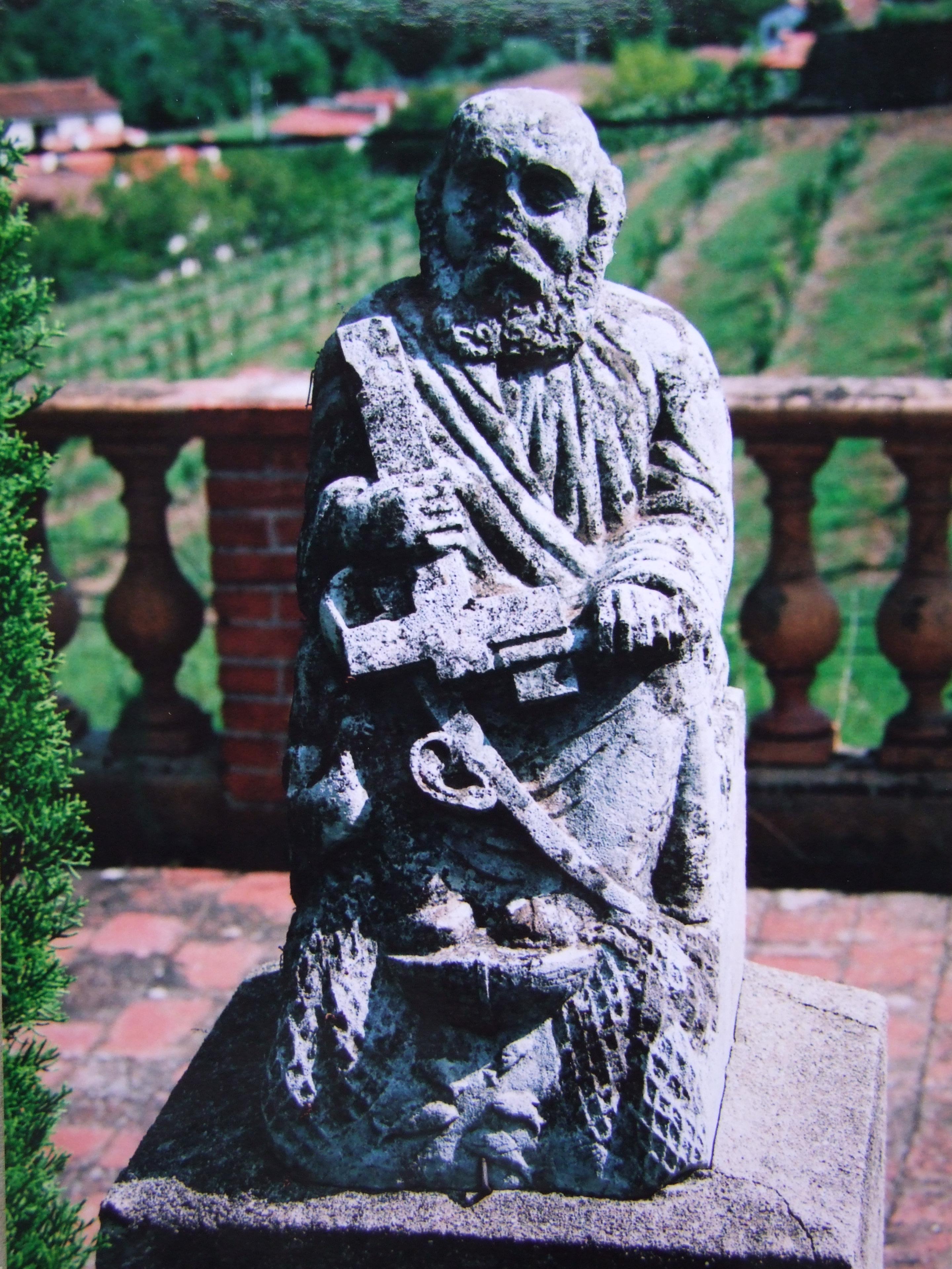 file statue de saint pierre install e sur une terrasse du. Black Bedroom Furniture Sets. Home Design Ideas