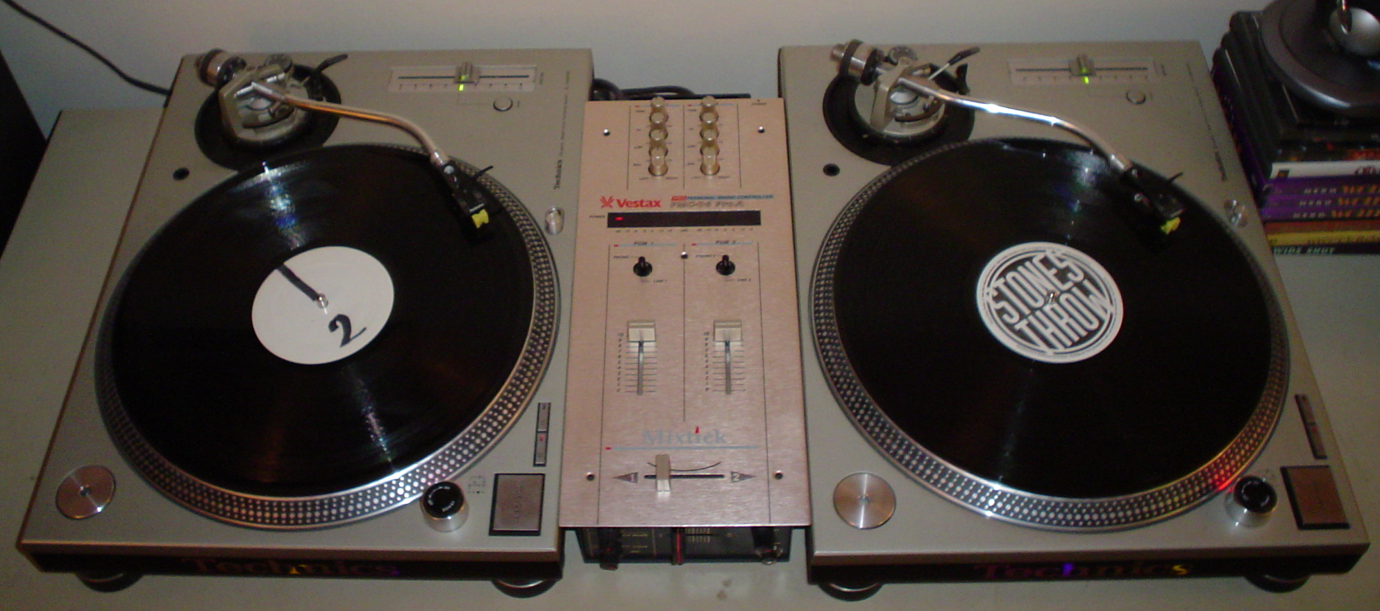 https://upload.wikimedia.org/wikipedia/commons/6/64/Turntables_and_mixer.jpg