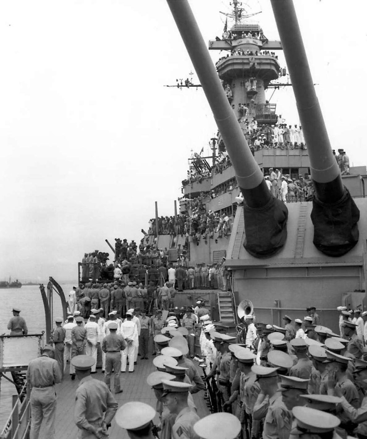 https://upload.wikimedia.org/wikipedia/commons/6/64/USS_Missouri_Japanes_surrender_Marine_guard_company_and_Navy_band.jpg