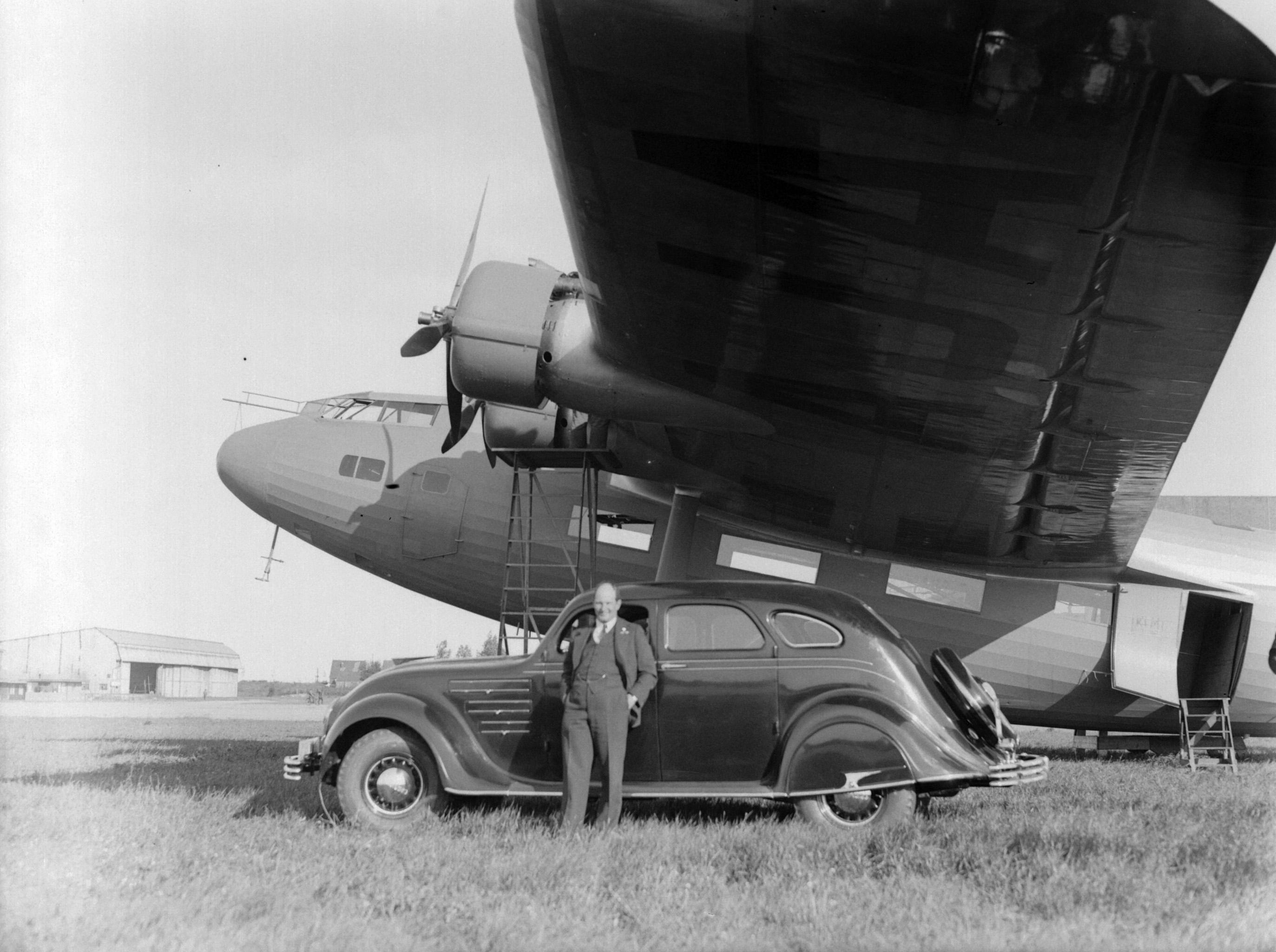 File:Vliegtuigbouwer Anthony Fokker staand naast een Chrysler ...