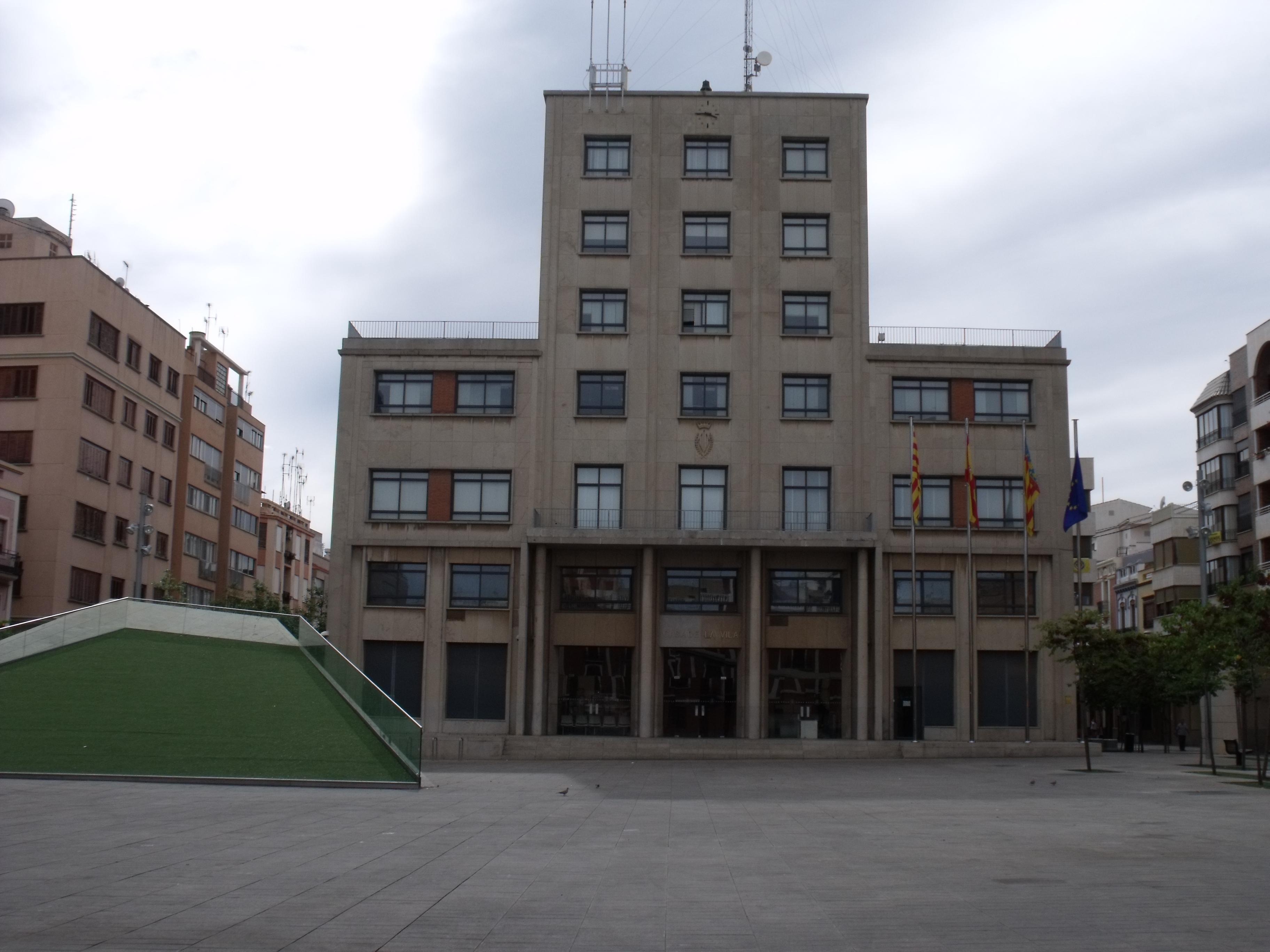 http://upload.wikimedia.org/wikipedia/commons/6/65/Ajuntament_de_Vila-real_alpha.JPG