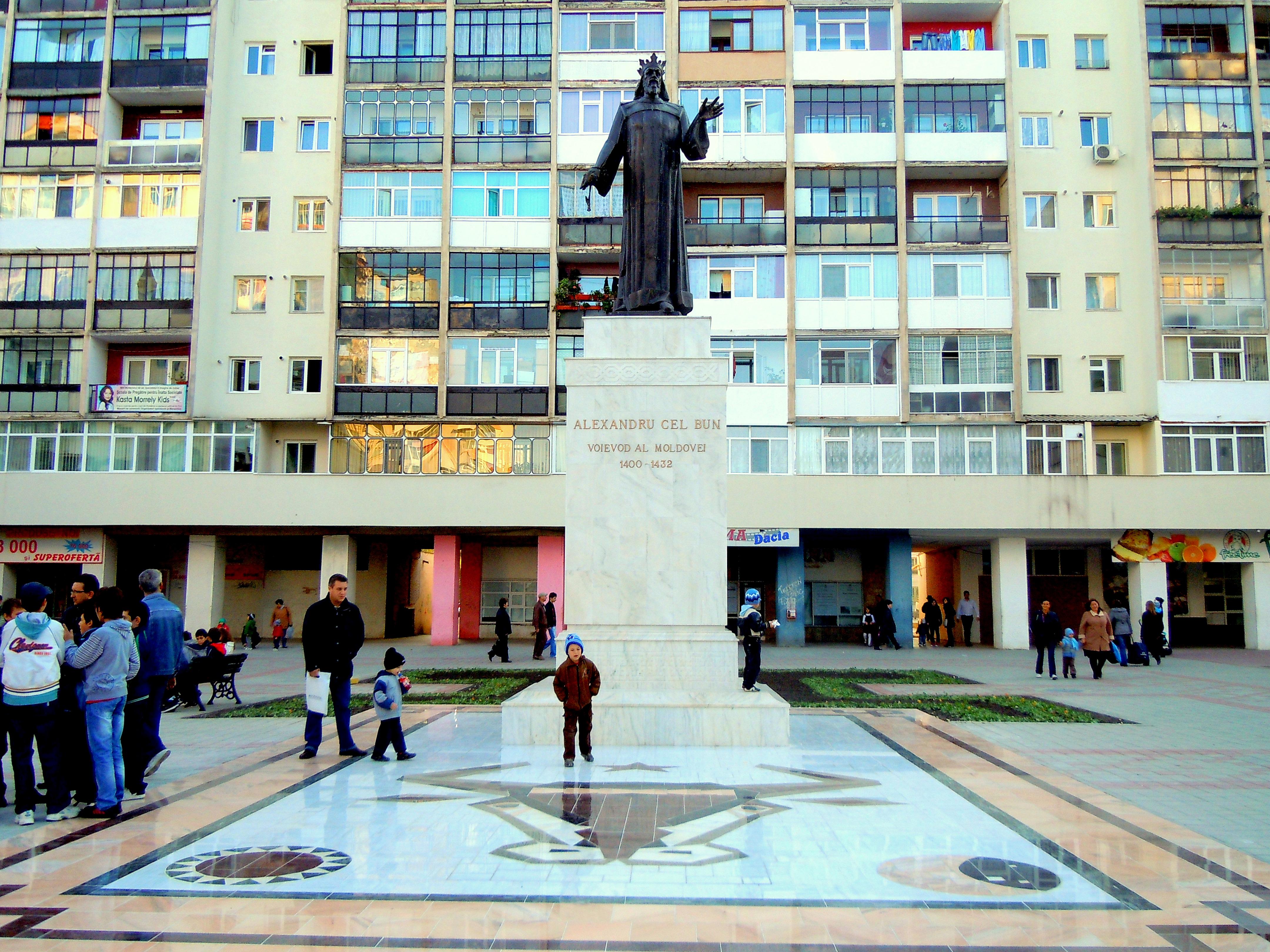 File Alexandru Cel Bun Statue 2 Jpg Wikimedia Commons