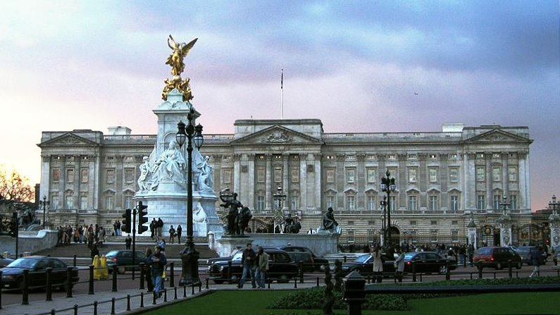 Buckingham_Palace%2C_London%2C_England%2C_24Jan04.jpg
