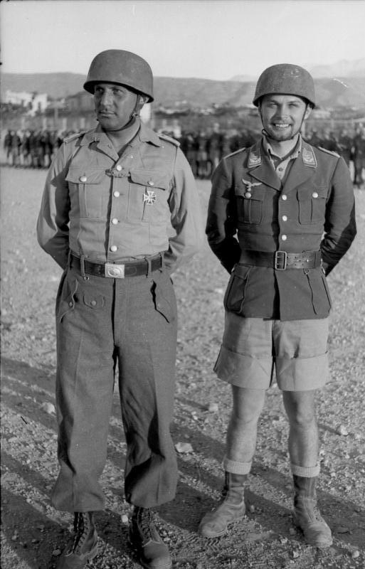 Bataille de Crète Bundesarchiv_Bild_101I-166-0526-05%2C_Kreta%2C_Auszeichnung_von_Fallschirmj%C3%A4gern