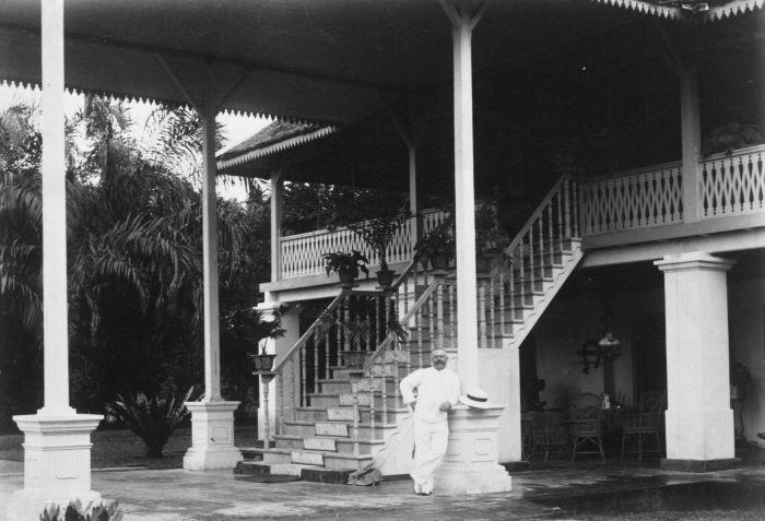 File collectie tropenmuseum europese man bij de trap en galerij van een huis tmnr - Huis trap ...