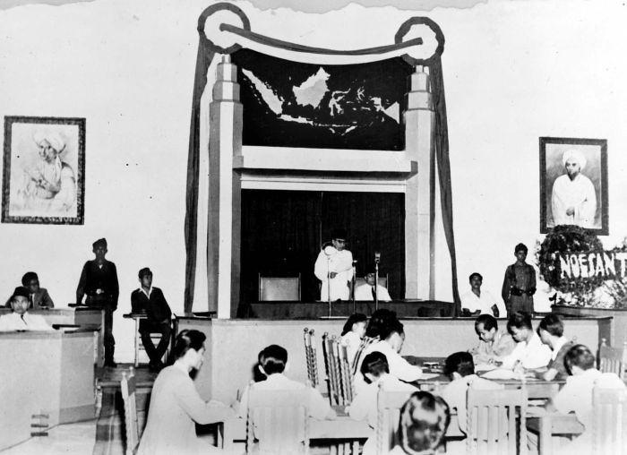 COLLECTIE_TROPENMUSEUM_President_Soekarno_opent_de_zitting_van_het_Republikeinse_Parlement_te_Malang_op_18_maart_1947_TMnr_10001279.jpg