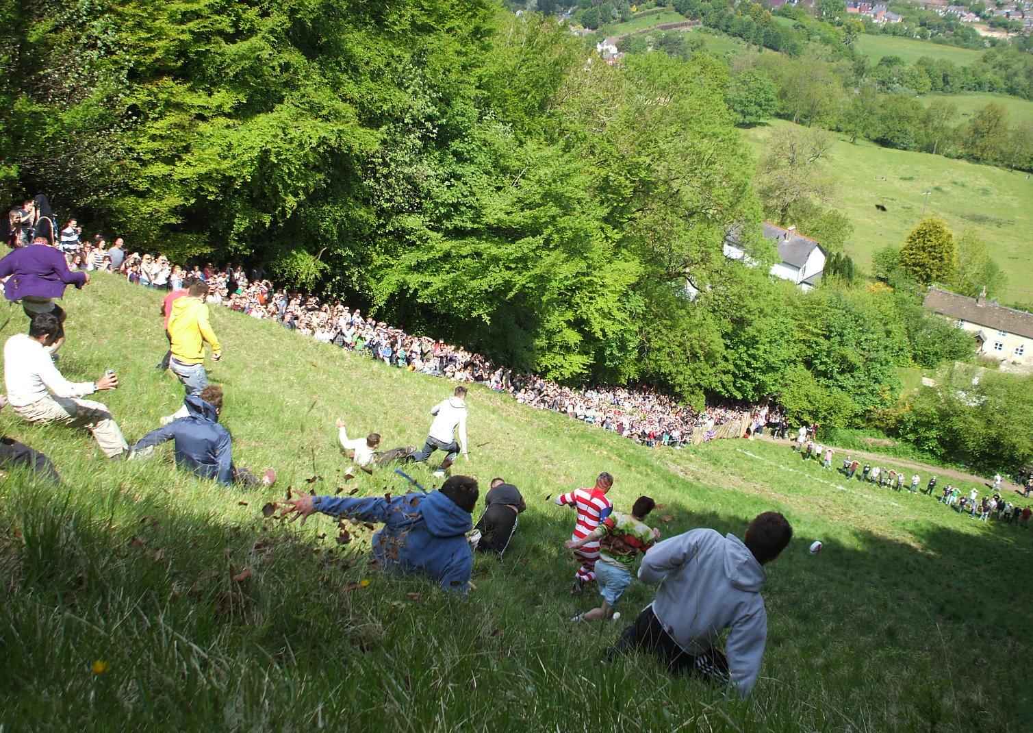 A corrida do queijo atrai vários visitantes e apesar de perigoso, é extremamente divertido. [Foto: Dave Farrance - Wikimedia]